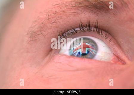 Eine britische Flagge spiegelt sich in einen Mann Auge patriotischen England Patriotismus Konzepte - Stockfoto
