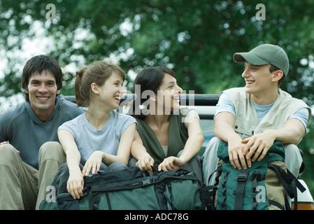Gruppe von Wanderern, die sitzt auf der Rückseite Pick-up-truck - Stockfoto