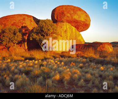 Sunrise-Licht auf der Devils Marbles Devils Marbles Conservation Reserve Northern Territory Australien - Stockfoto