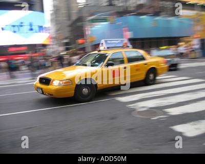 Gelbes Taxi AtTime Square in New York City - Stockfoto