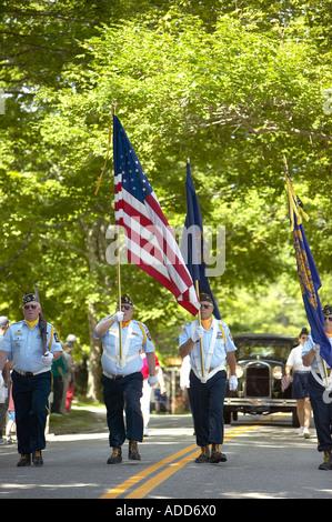 Color Guard der amerikanischen Veteranen marschieren in eine Heimatstadt New England Fourth Of July Parade Brooklin, - Stockfoto