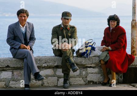 EINHEIMISCHEN AM MEER IN STADT SARANDE, 1990 - Stockfoto