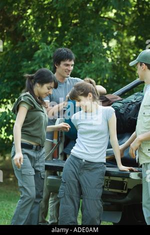 Gruppe von Wanderern stehen durch die Rückseite des Pick-up-truck - Stockfoto
