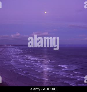 Blick von Süden über Saunton Sands Beach und Nord Küste von Devon im Mondlicht mit dunkelblauen lila Himmel England - Stockfoto