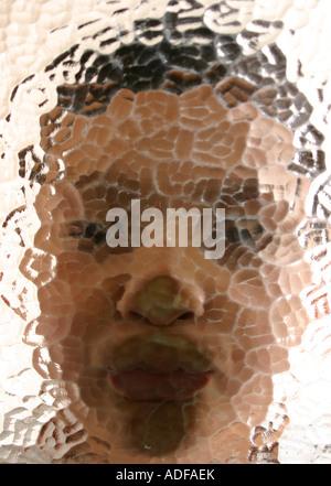 Jungen-Gesicht durch Glas 1 - Stockfoto
