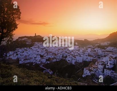 Dorf von Casares in der Provinz Malaga bei Sonnenuntergang in Spanien - Stockfoto