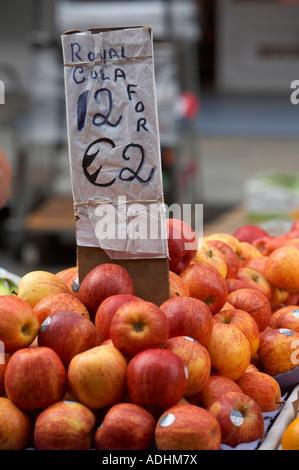Royal Gala Äpfel zwölf für 2 zwei-Euro-Preise im freien Markt mit Zeichen 12 Dublin - Stockfoto