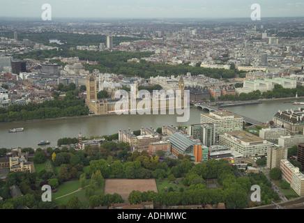 Luftaufnahme der Houses of Parliament und Whitehall mit Blick auf die Themse und St Thomas' Hospital in London - Stockfoto