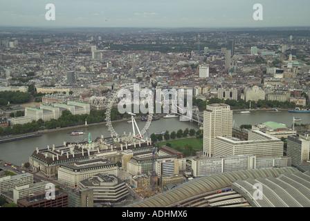 Luftaufnahme des London Eye und County Hall mit Blick auf die Themse, Charing Cross Station und Whitehall in London - Stockfoto