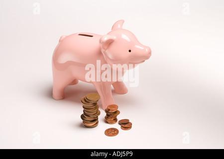 Sparschwein und britischen Münzen - Stockfoto