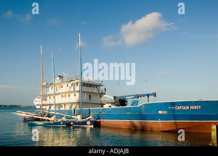 GRÖßERE EXUMA BAHAMA GEORGE TOWN kleine Segelboote durch bunte Kahn in Elizabeth Bay Hafen geparkt - Stockfoto