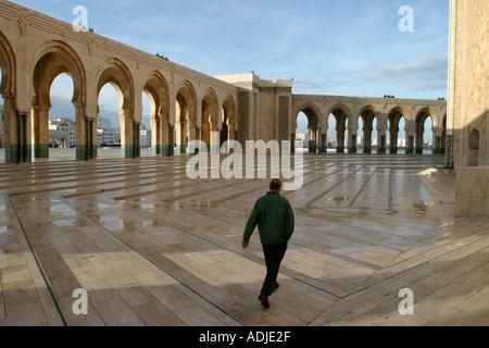 Mann zu Fuß Trog den Innenhof der Moschee Hassan II in Casablanca, Marokko, Nordafrika - Stockfoto