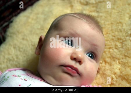 Neugeborenes Baby liegend auf Vlies - Stockfoto
