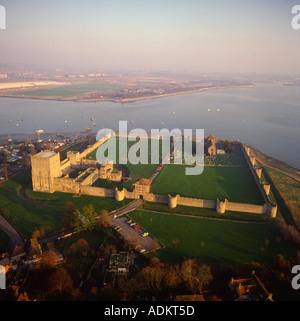 Portchester Castle und Mündung UK Antenne anzeigen ursprünglich romanische Ufer Fort mit Norman Ergänzungen und - Stockfoto
