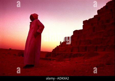 EIN ÄGYPTER BEI DEN PYRAMIDEN VON GIZEH BEI KAIRO - Stockfoto