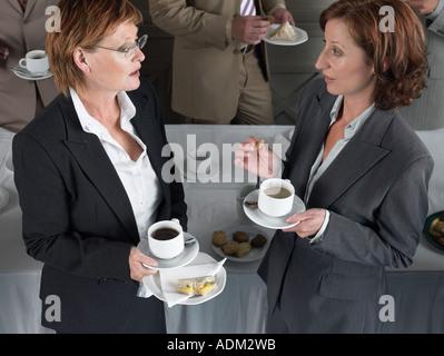 Büroangestellte mit einer Kaffeepause - Stockfoto