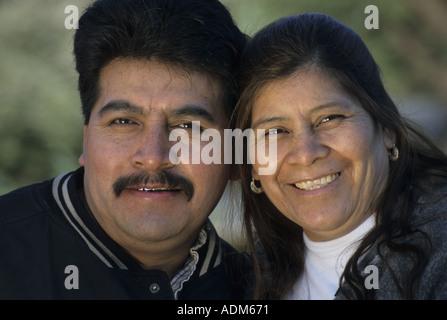 Porträt von hispanic paar im freien - Stockfoto