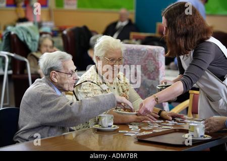 Tee und Gebäck serviert ein Alter Sorge Centre in den West Midlands, UK - Stockfoto