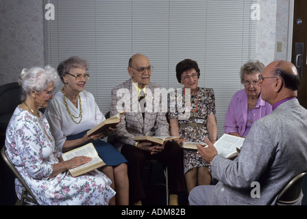 Ältere Erwachsene Menschen Freunde Freundschaften lebenslangen Bibelstudium und Gebet Gruppe Kreis von der Kirche - Stockfoto