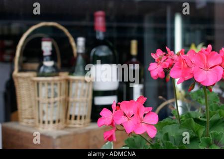 Leesburg Virginia North King Street Blumen Wein Flaschen Korb - Stockfoto