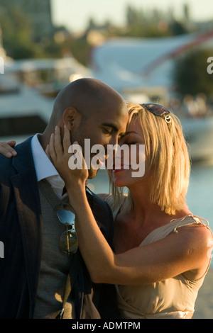 Interracial Liebesgeschichte von einem schwarzen Mann und eine weiße Frau Modell veröffentlicht - Stockfoto