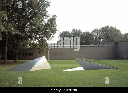 """Otterloo, Rijksmuseum Kröller-Müller, Skulpturenpark, """"Van-de-Velde-Bau von Norden Mit '' Een Klimaat'' von L. Weiner, 1981'"""