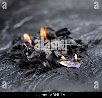 Geld zu verbrennen - Stockfoto