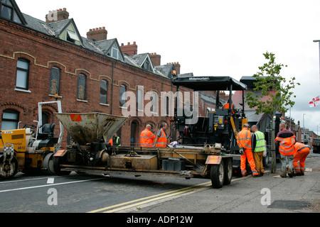 Straße resurfacing Besatzung bereiten Ausrüstung Asphaltstraße in Belfast wieder auftauchen - Stockfoto