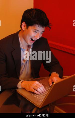 Junger Mann Spaß mit seinem laptop - Stockfoto