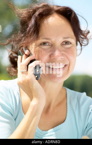 Glückliche Frau mit Telefon Strahlen vor Freude - Stockfoto