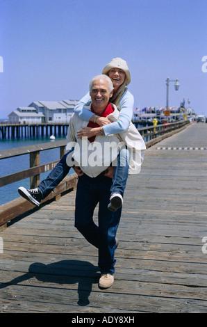 Paar am Kai - Stockfoto