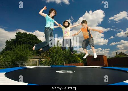 Gruppe von Teenagern auf Trampolin - Stockfoto