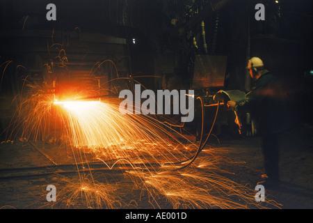 Funken sprühen aus Ofen bei Uddeholm Stahlwerk in Schweden - Stockfoto