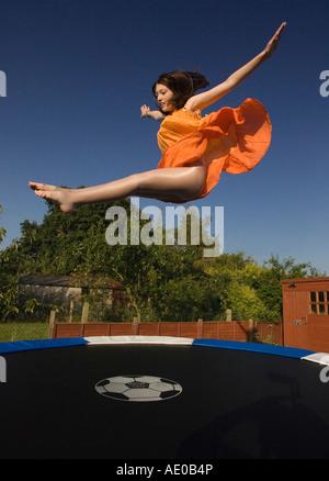 Mädchen auf dem Trampolin springen - Stockfoto