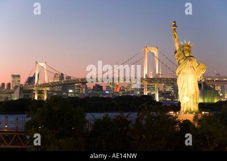 Asien Japan Tokio Tokyo Bay Odaiba Rainbow Bridge Tokyo Tower und die Replik, die der Freiheitsstatue in der Dämmerung - Stockfoto
