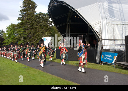 Leistung der Ballater schottischen Pipe marschierenden Musiker band mit kilts & Plaids in Balmoral Castle musikalischen - Stockfoto