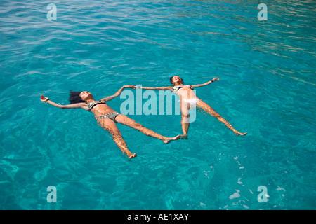 Mädchen am kristallklaren Meer Lampedusa schwimmende Insel Italien - Stockfoto