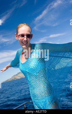 Attraktive junge Frau auf einem Katamaran in den Ozean rund um die Fidschi-Inseln im Südpazifik - Stockfoto