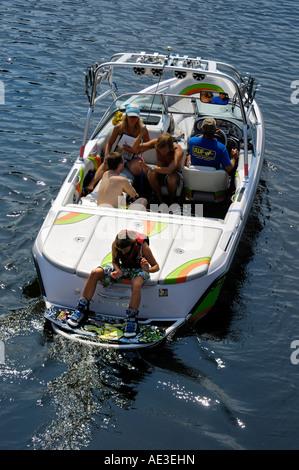 Teenager-Mädchen Wakeboarder sitzt auf einem Motorboot Heck Boot sport - Stockfoto