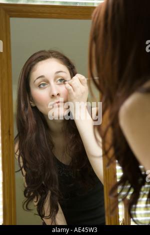 Eine junge Frau Lidschatten Schminken - Stockfoto