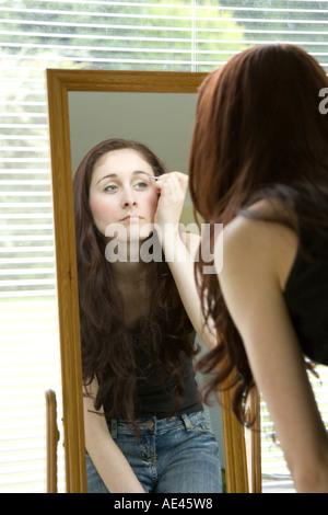 Eine junge Frau-Lidstrich Schminken - Stockfoto