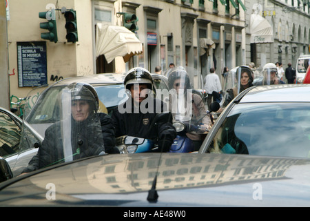 Autofahrer im Stau auf einer belebten Straße in der Stadt Florenz-Toskana-Italien - Stockfoto