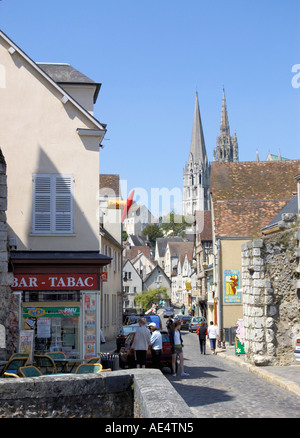 Suche entlang der Rue de Bourg, Cathedrale Notre Dame de Chartres die Kathedrale unserer lieben Frau von Chartres - Stockfoto