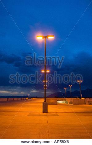 Parkhaus in der Nacht an der University of Arizona in Tucson. Glühende Natrium Dampf Licht wirft einen gelben Schein - Stockfoto