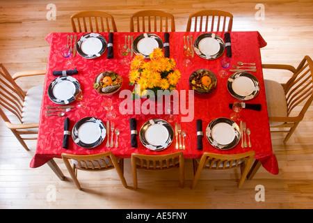 Luftaufnahme Der Esstisch · Luftaufnahme Des Esszimmer Tisch Gedecke Mit  Roten Tischdecke, Formale China, Chrysanthemen Und Ernte Herzstück