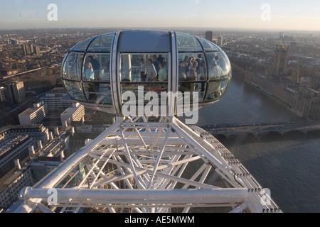 London Eye-Gondel mit Blick auf Fluß Themse Westminster Hall und die Skyline von London England - Stockfoto