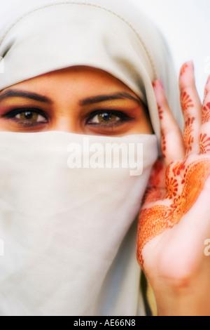 Schöne Frau trägt Hijab mit Hina oder Hennah auf Handfläche gemalt - Stockfoto