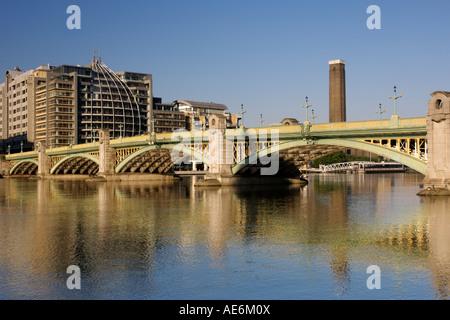 Am frühen Morgen Blick auf Southwark Bridge und der Themse in London mit der Tate Modern Art Gallery Turm im Hintergrund. - Stockfoto