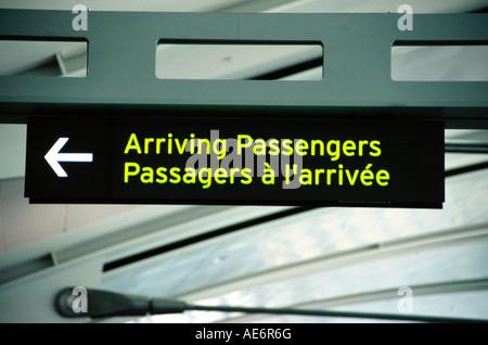 Ankommende Passagiere anmelden & Französisch Englisch - Stockfoto