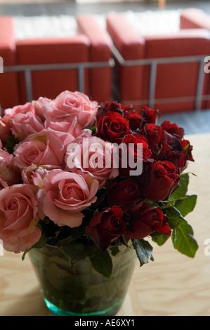 Glas-Vase mit roten und rosa Rosen - Stockfoto